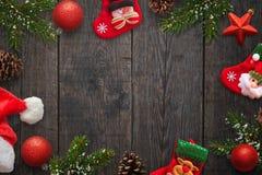 Décorations de Noël sur la table en bois foncée L'espace libre au milieu pour le texte Photos stock