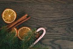 Décorations de Noël sur la vieille table de chêne, rustique Photo stock