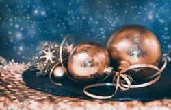 Décorations de Noël sur le fond abstrait foncé Photographie stock libre de droits