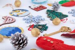 Décorations de Noël sur le fond de blanc de neige Photo libre de droits