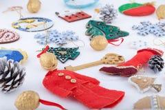 Décorations de Noël sur le fond de blanc de neige Image libre de droits