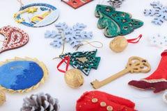 Décorations de Noël sur le fond de blanc de neige Images stock