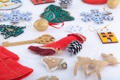 Décorations de Noël sur le fond de blanc de neige Photographie stock