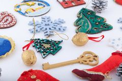 Décorations de Noël sur le fond de blanc de neige Photos stock