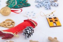 Décorations de Noël sur le fond de blanc de neige Photo stock