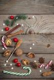 Décorations de Noël sur le fond en bois image stock
