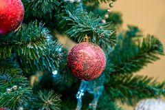 Décorations de Noël sur les branches de l'arbre de sapin Image libre de droits