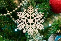Décorations de Noël sur les branches de l'arbre de sapin Photos libres de droits