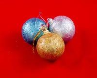 Décorations de Noël sur un fond rouge Photographie stock