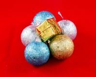 Décorations de Noël sur un fond rouge photos stock