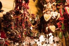 Décorations de Noël sur un marché de gens du pays d'hiver photographie stock libre de droits