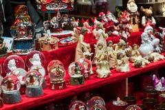 Décorations de Noël sur un marché de gens du pays d'hiver photo stock