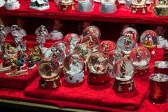 Décorations de Noël sur un marché de gens du pays d'hiver photos stock