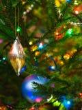 Décorations de Noël sur un sapin photographie stock libre de droits