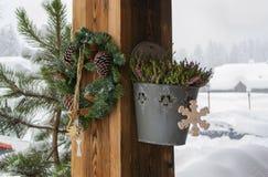 Décorations de Noël sur une colonne en bois image stock