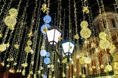 Décorations de nouvelle année sur la rue de Nikolskaya à Moscou image libre de droits