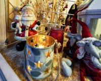Décorations de Santa Claus et de Noël au bazar de Noël de Vilnius photographie stock