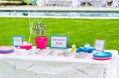 Décorations de sucrerie de fête de naissance sur la table Photo libre de droits