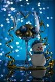 Décorations de vacances de Noël sous forme de verre avec des boules et un bonhomme de neige illustration stock