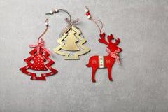Décorations en bois de Noël sur le béton photographie stock libre de droits