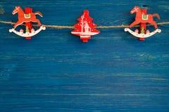 Décorations en bois rouges et blanches de Noël sur le fond en bois bleu Photo stock