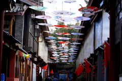 d?corations en forme de parapluie dans une rue dans le village de Shu-lui pr?s de Lijiang, Yunnan, Chine images stock