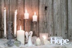 Décorations et bougies de Noël par le fond en bois Images stock