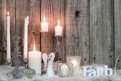 Décorations et bougies de Noël par le fond en bois Photographie stock libre de droits