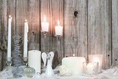 Décorations et bougies de Noël par le fond en bois Photographie stock