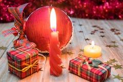Décorations et cadeaux de Noël Photographie stock libre de droits