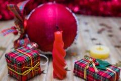 Décorations et cadeaux de Noël Image libre de droits