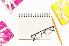 Décorations et carnet de vacances avec sur la table blanche, configuration plate s Photos libres de droits