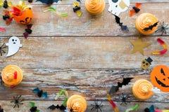 Décorations et festins de papier de partie de Halloween Photos stock