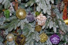 Décorations et guirlandes de Noël sur le plan rapproché de branches d'arbre de Noël photographie stock