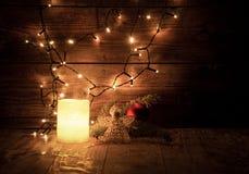 décorations et lumières de Noël sur le fond en bois Images stock