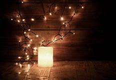 décorations et lumières de Noël sur le fond en bois Photographie stock libre de droits