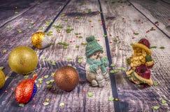 Décorations et ornement de Noël sur le fond en bois image stock