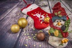 Décorations et ornement de Noël sur le fond en bois photographie stock