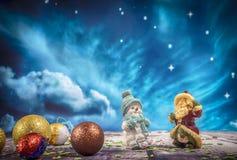 Décorations et ornement de Noël sur le fond en bois images libres de droits