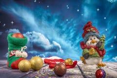 Décorations et ornement de Noël sur le fond en bois photos libres de droits