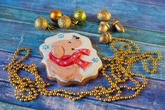 Décorations et pain d'épice de Noël avec la photo du chien Images stock