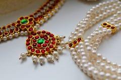 Décorations indiennes pour la danse : décorations sur le cou Bharatanatiam classique indien de style de danse Fond blanc photographie stock