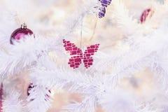 Décorations lumineuses d'un papillon en verre de mosaïque sur un arbre de Noël blanc Fond de fête pour la conception, l'espace de image libre de droits