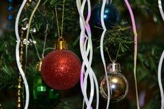 Décorations lumineuses de Noël sur une branche artificielle Photo stock