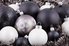 Décorations noires, de blanc et de taupe de Noël Photographie stock libre de droits