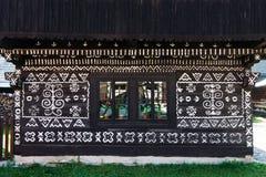 Décorations peintes sur le mur de la cabane en rondins dans Cicmany, Slovaquie Photographie stock