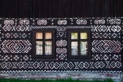 Décorations peintes sur le mur de la cabane en rondins dans Cicmany, Slovaquie Photo stock