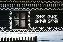 Décorations peintes sur le mur de la cabane en rondins dans Cicmany, Slovaquie Photos libres de droits