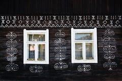 Décorations peintes sur le mur de la cabane en rondins dans Cicmany, Slovaquie Images stock