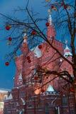 Décorations pour la nouvelle année et les vacances Boules de Noël sur des branches d'arbre dans la perspective du musée historiqu Photographie stock